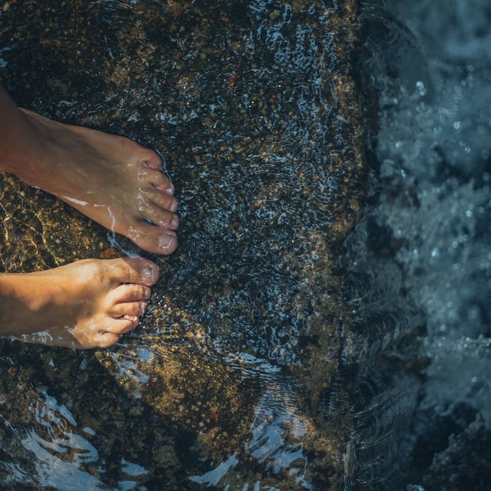 what is earthing and can it improve your health danielle van de velde
